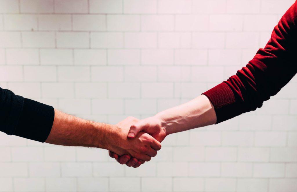 Serrage de mains, collaboration entre deux personnes
